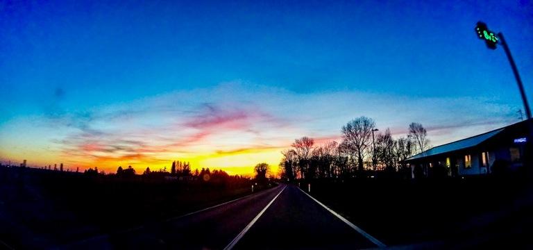 In auto sulla via di casa con la musica a manetta